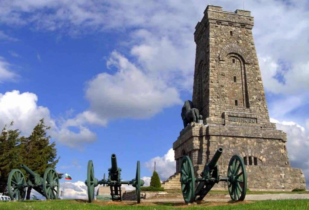 The Shipka monument and two cannons used during the late 19th century